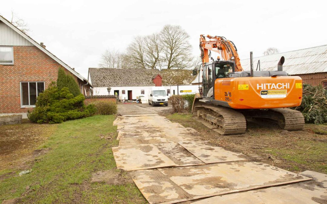 Musses gård skal leve videre i nye byggerier: Nænsom nedrivning i gang